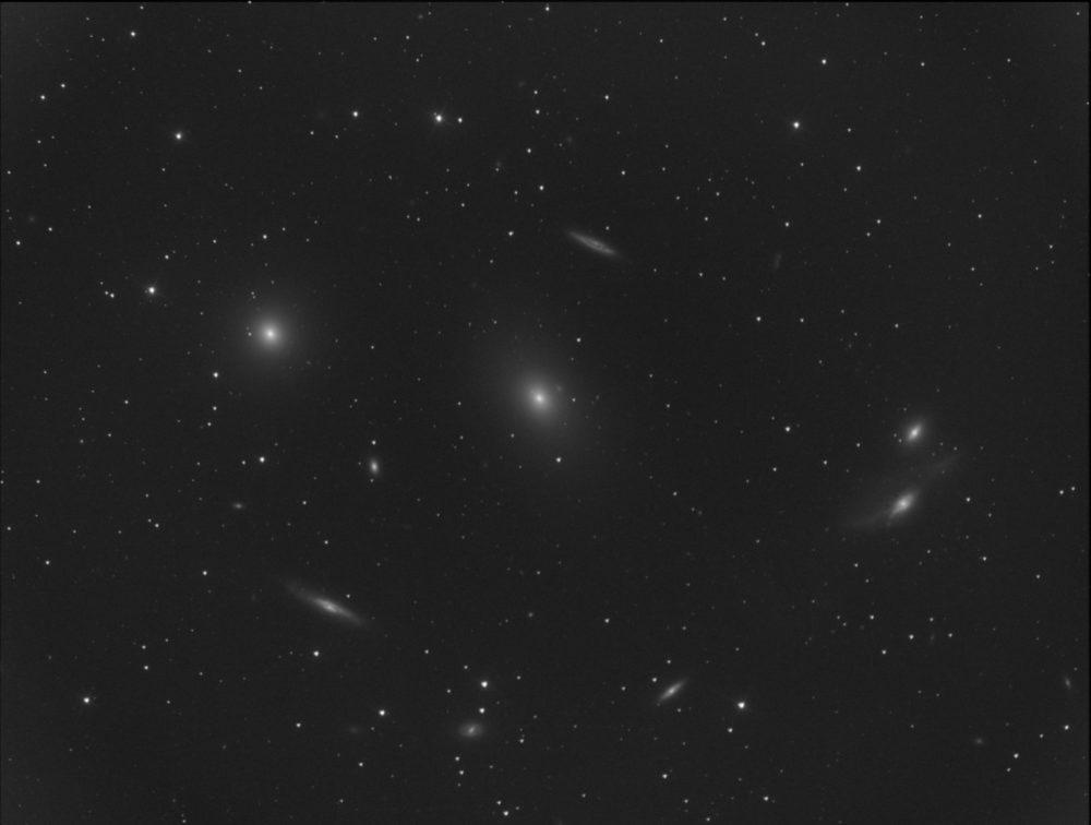 M 84 (gauche), M 86 (centre), les Yeux (NGC 4435-4438, droite) dans la chaîne de Markarian