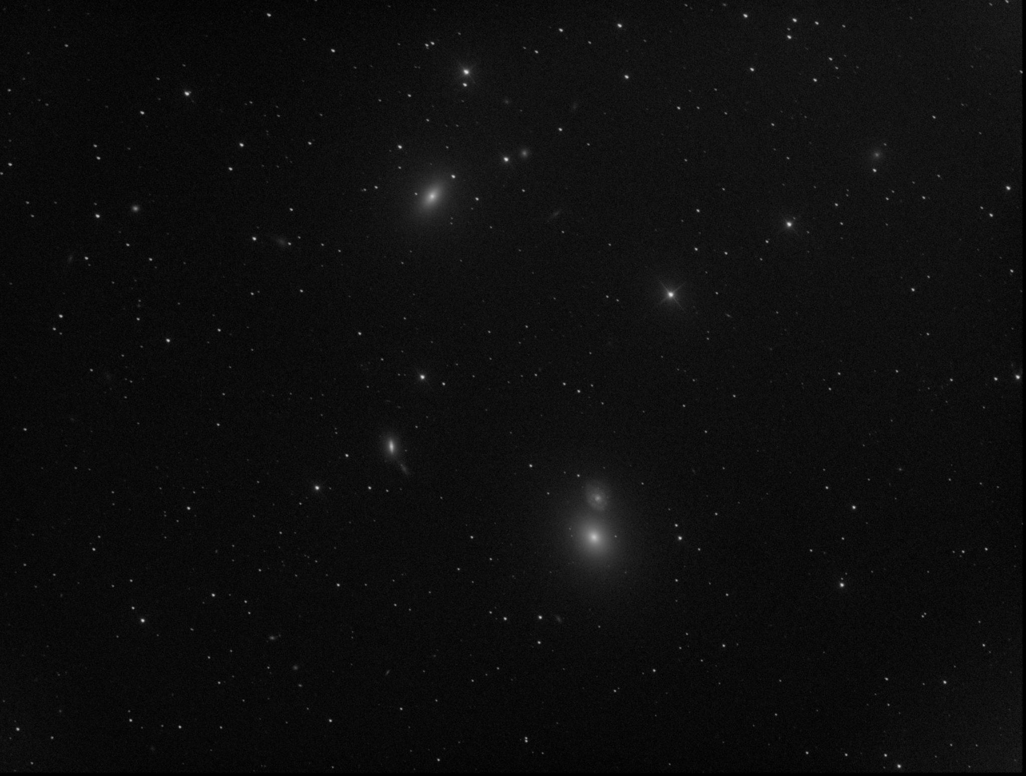 Messier 59 (en haut à gauche) et Messier 60 (en bas à droite)